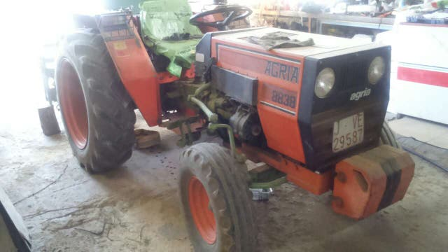 Tractor con muxos aperos