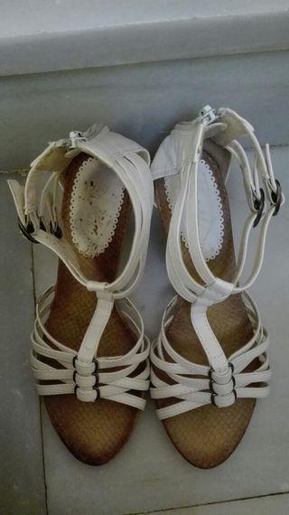 Sandalias blancas medio tacon