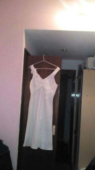 Un vestido Nuevo de Lino esvotado con flores como adorno