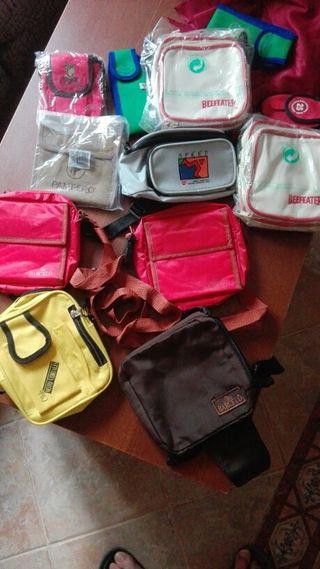 Diferentes riñoneras y bolsos