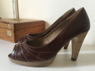 Zapatos peeptoe piel fosco marrones