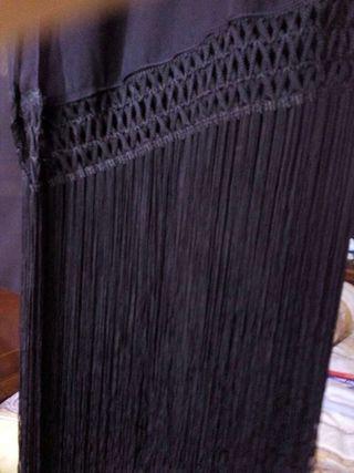 Foular negra con flecos largos