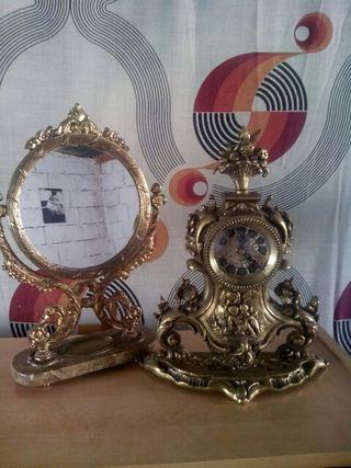 Reloj y espejo antiguos