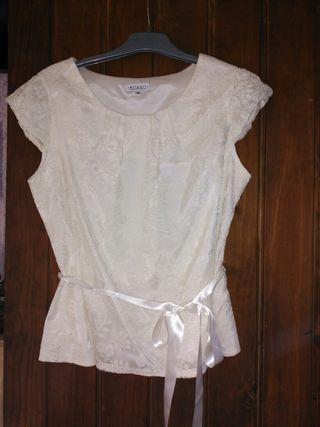 Preciosa blusa de encaje beig , talla 46