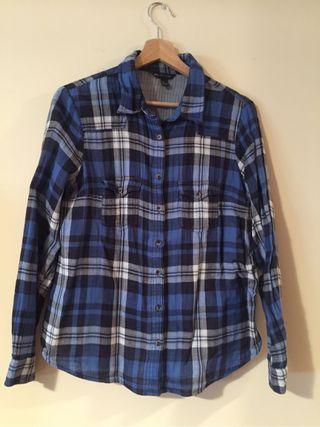 Camisa de cuadros azules y manga larga