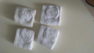 4 muñequeras blancas.