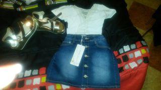 Conjunto sandalias doradas + minifalda vaquera botones