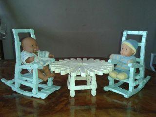 Conjunto de mesa y mecedoras