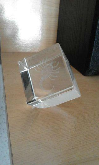 Cubo escorpion decorativo