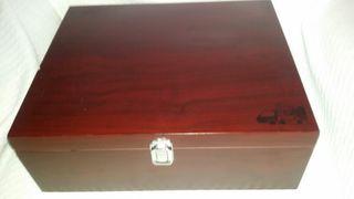 Caja de vino de madera.