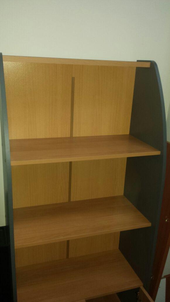 Mueble nuevo tres estantes + puertas