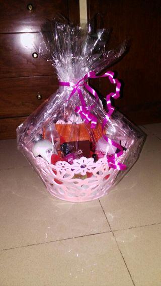 Hago cestas para cumpleaños del.coste que usted desee y hago envio a toda españa