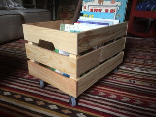 Caja de fruta de madera con ruedas