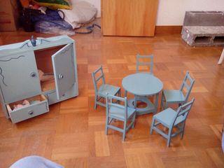 Antiguo juguete cinco sillas, mesa y armario de madera en