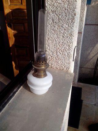 Dos antiguas lámparas de aceite de porcelana, cristal y bronce, un cristal a restaura
