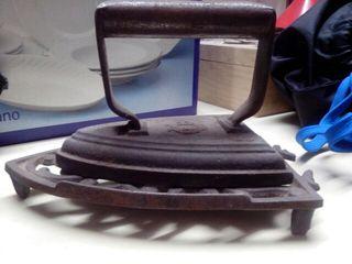 Antigua plancha de hierro con base de forja