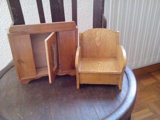 Antiguo juguete de madera armario con espejo y sillón