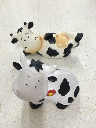 Dos vacas grandes de cerámica