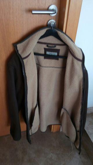 Chaqueta de invierno marrón o verde.