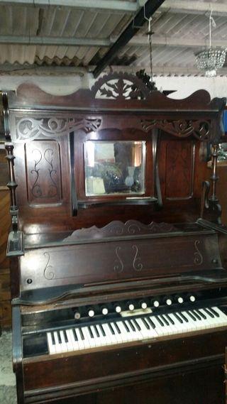 Antiguo harmonio de estilo alfonsino