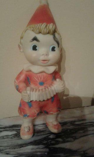Muñeco antiguo de goma de marca Famosa en la nuca.