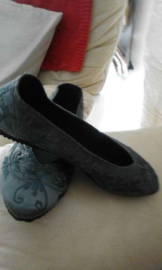 Manoletinas de moda color azul/gris bordadas.
