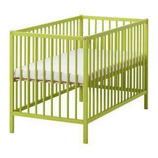 Cuna verde Ikea +ruedas + colchón+ sabanas