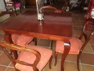 Mesa de salon antigua con 6 sillas. Recien restauradas, en perfecto estado