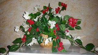 Florero y flores artificiales