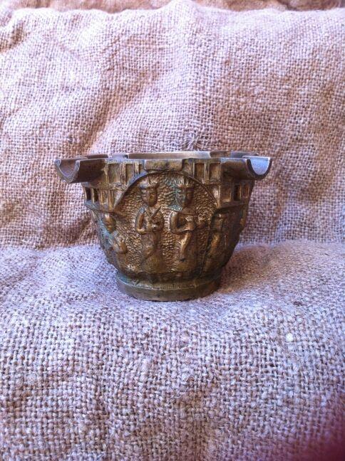 Antiguo almirez de bronce con escenas bíblicas