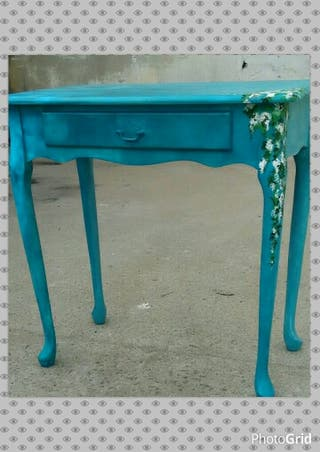 Mesita pintada y otros muebles