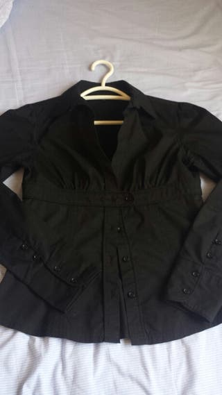 Camisa negra con escote mujer