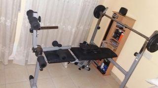 Banco de pesas con pesas de diferentes kilos