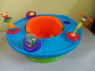 Asiento para bebé en bañera, con juguetes.