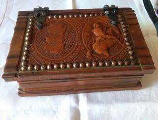 Caja de madera con herrajes