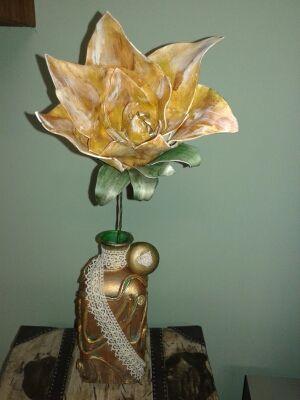 Botella reciclada y flor en goma eva