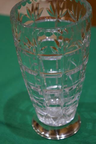 Jarrón cristal tallado y pie de plata