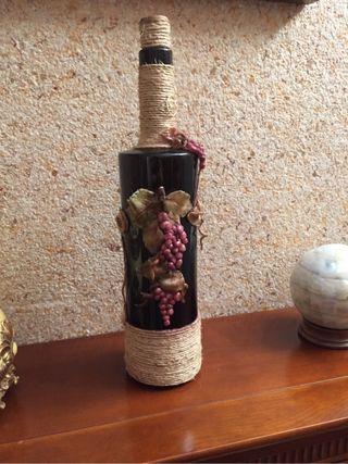 Botella de vino decorada a mano
