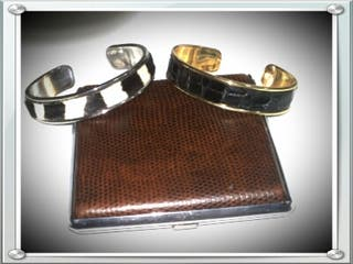 Brazaletes de 2cmde anchos de zamak bañados en oro y plata con tira de pieles con pelo y piel de serpiente piton. segunda mano  España
