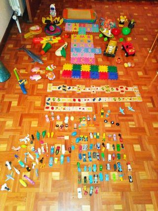 Lote de muchos juguetes variados.