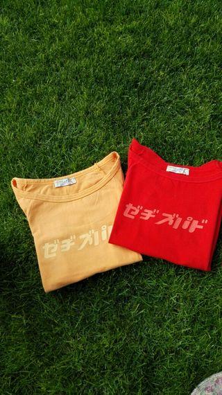 Camisetas roja y mostaza.