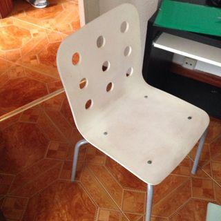 Dos sillas blancas