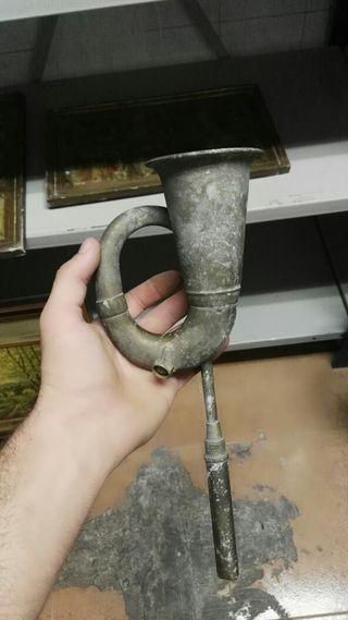 Corneta antigua con soporte