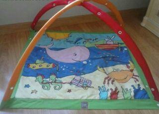 Gimnasio para bebé con juguetes