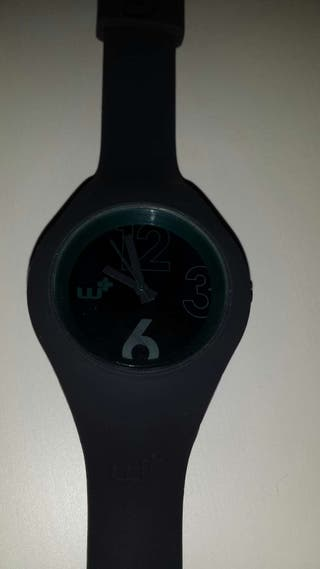 Reloj gris.
