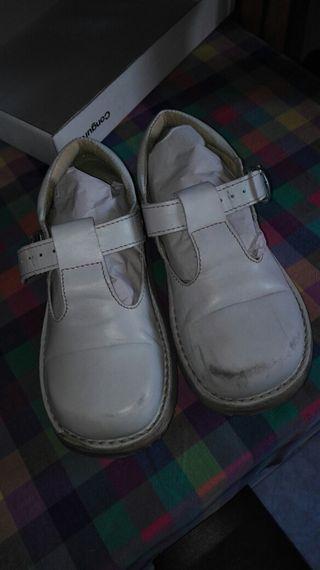 Zapatos conguito blancos talla 29.