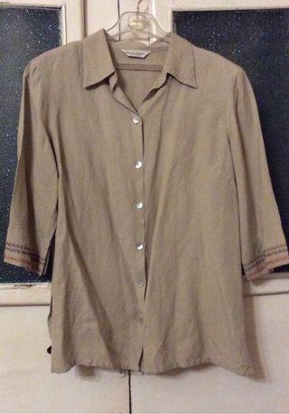 Camisa Color beige,con adorno En puños?