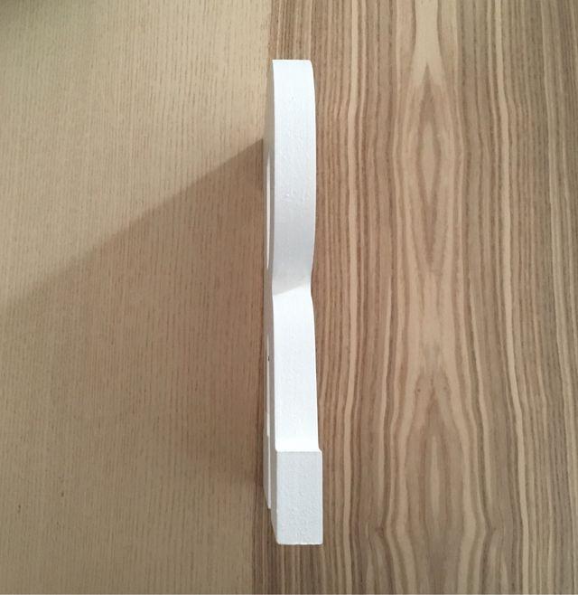 R de madera blanca
