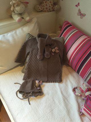 Abrigo con bufanda y capota