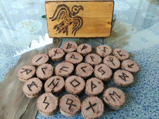 Runas Futhark antiguo (runas vikingas) con caja, hechas a mano